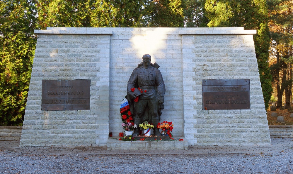 Bronze_Soldier_of_Tallinn,_Nov_2009.jpg