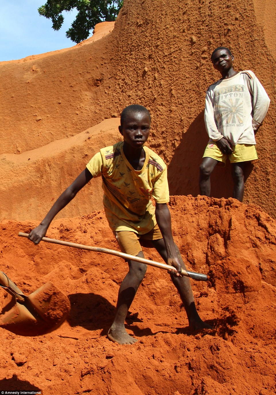 2cf963ba00000578-3256249-slave_labour_an_11_year_old_boy_working_at_a_diamond_mine_in_the-a-109_1443708626800
